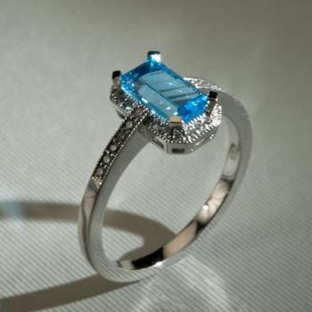 18ct W/G Blue Topaz & DiamondArt Deco Style Ring